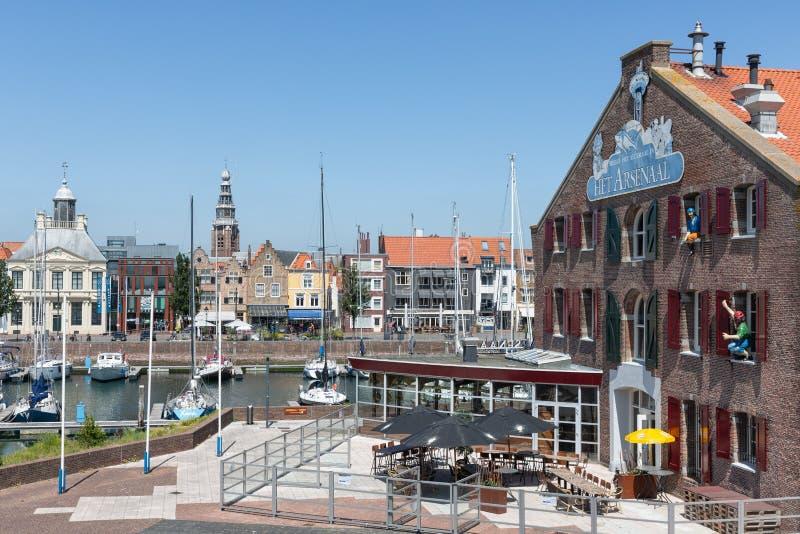 内在有游艇和餐馆的港口中世纪荷兰城市弗利辛恩 免版税库存图片