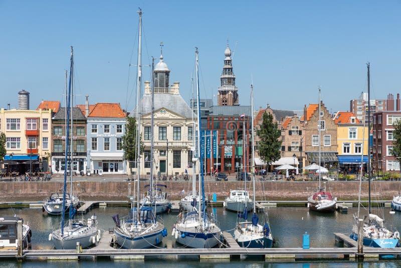 内在有游艇和餐馆的港口中世纪荷兰城市弗利辛恩 免版税图库摄影