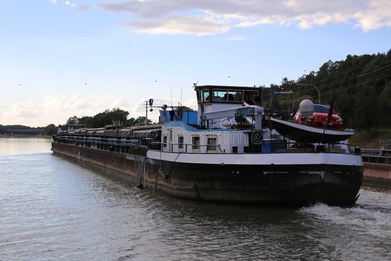 内地货物水船康拉德品牌在巴伐利亚通过在莱茵河主要多瑙河运河的锁Eckersmuehlen 免版税库存图片