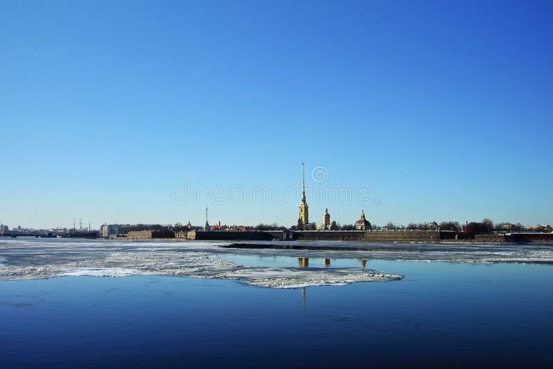 从内娃和彼得和保罗堡垒的宫殿堤防的看法 免版税库存图片