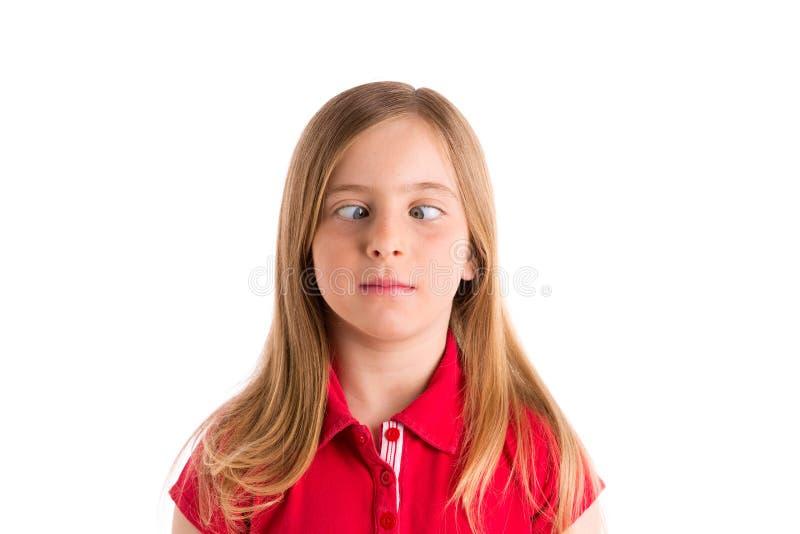 内斜视白肤金发的女孩滑稽的表示姿态 免版税库存照片