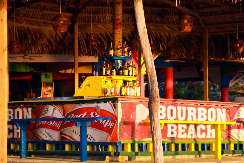 内格里尔,牙买加- 5月24 2010年:在保守主义者海滩的竹酒吧 库存图片