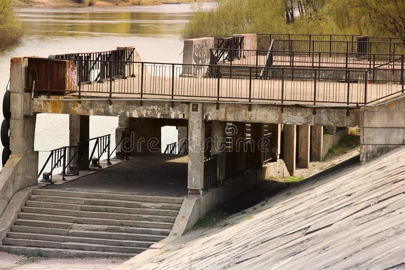 内河港 在河的背景的旧港口 库存照片