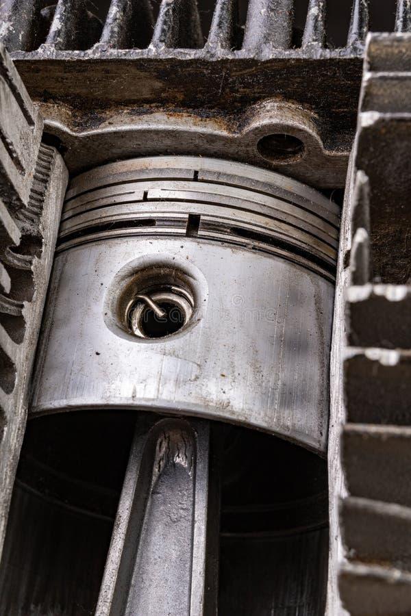内燃机的活塞在一个被切开的铝圆筒的 内燃机的内部看法 免版税库存图片