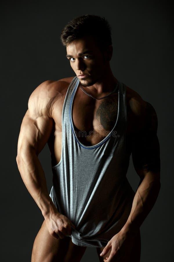 Download 给内衣做广告 热的肌肉男性模型 库存图片. 图片 包括有 爱好健美者, 肌肉, 工作室, 英俊, 成人, 强壮男子 - 62526029
