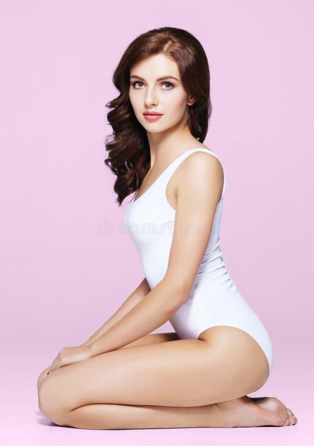 内衣的适合和运动的女孩 摆在白色泳装的美丽和健康妇女 图库摄影