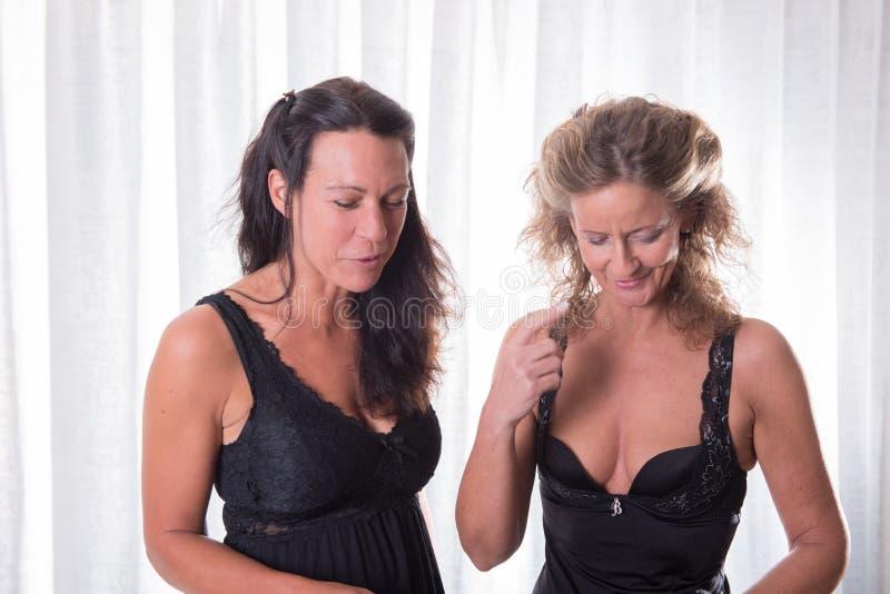 黑内衣谈话的两名妇女 免版税库存图片