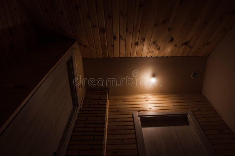 内部与白色木门、米黄装饰砖和杉木木衬里的组合  图库摄影