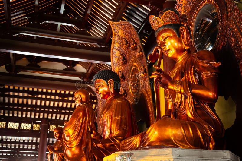 内部与菩萨雕象Guangxiao寺庙,其中一座古庙在广州,中国 免版税库存照片