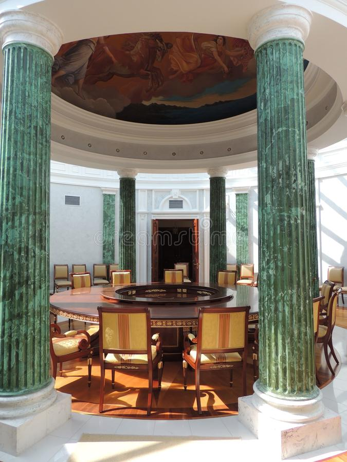 内部会议室圆桌绿色专栏 免版税库存图片