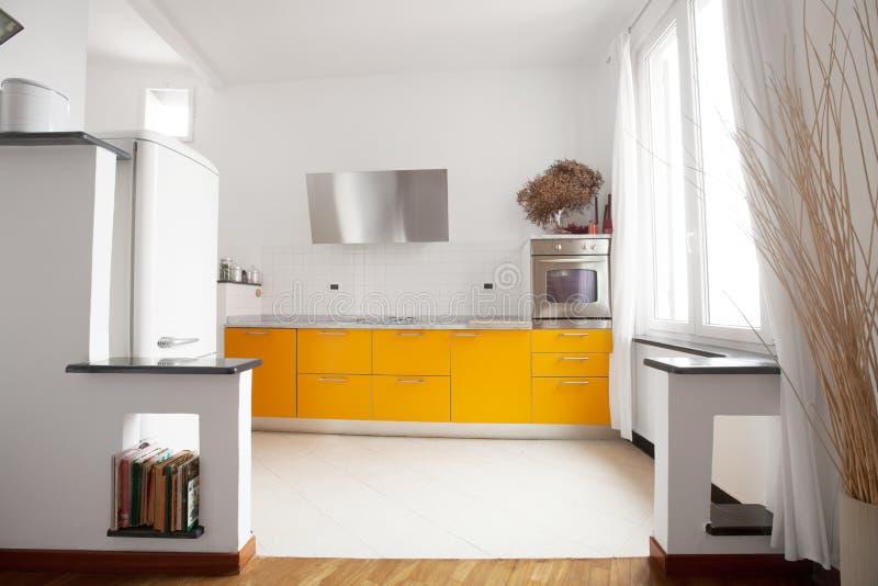内部公寓,黄色现代厨房 库存图片