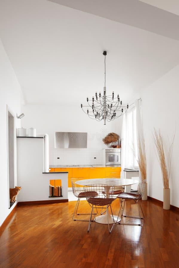 内部公寓,黄色现代厨房 库存照片