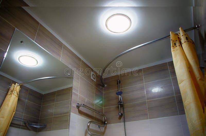 内部卫生间,与灯的天花板 库存图片