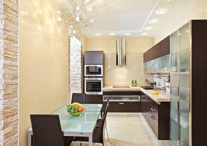 内部厨房现代口气温暖 免版税库存照片