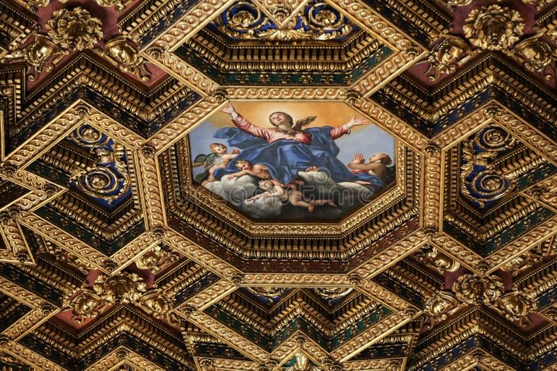 内部和大教堂二圣玛丽亚建筑细节在Trastevere在罗马, 免版税库存照片