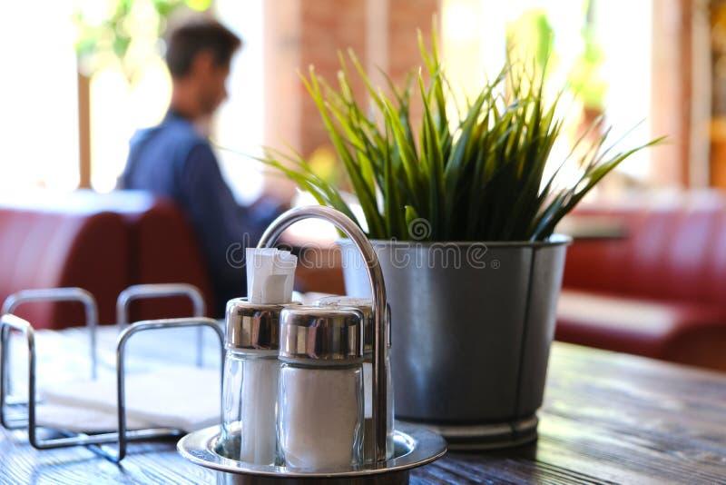 内部咖啡馆桌和椅子 被弄脏的背景用viitaniementie,背景与bokeh的迷离咖啡馆做了 免版税库存照片