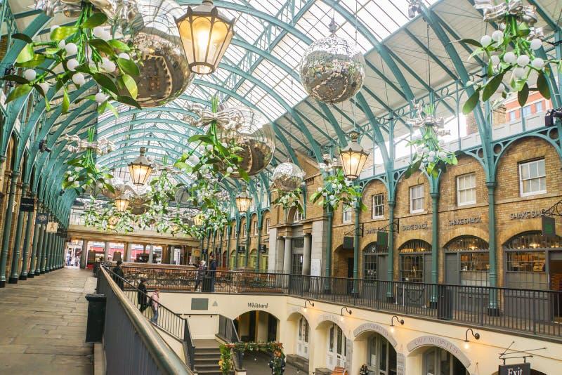 内部在天花板的圣诞节装饰品季节问候的在人庆祝的科文特花园 库存图片