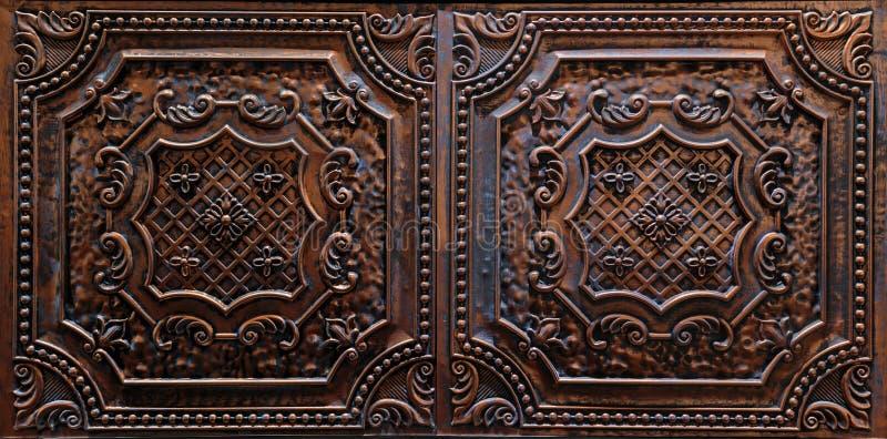 内部天花板装饰黑褐色瓦片惊人的特写镜头视图  免版税图库摄影