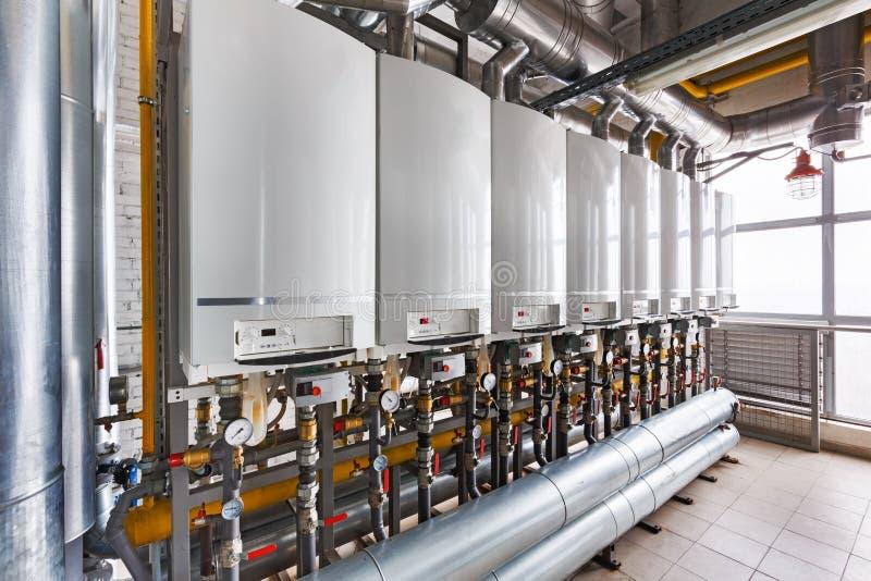内部工业,有很多锅炉的a燃气锅炉房子 免版税库存照片