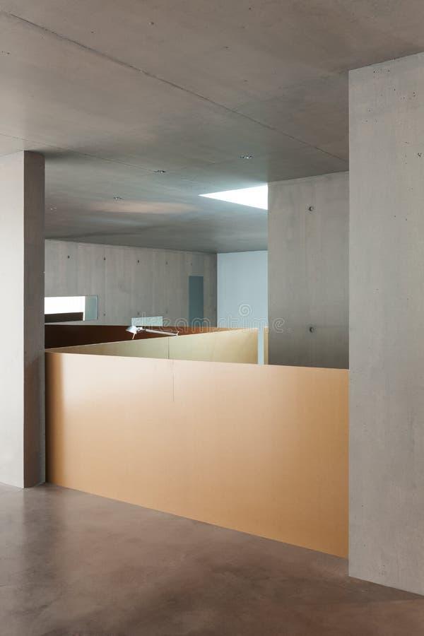 内部房子,混凝土墙 免版税图库摄影