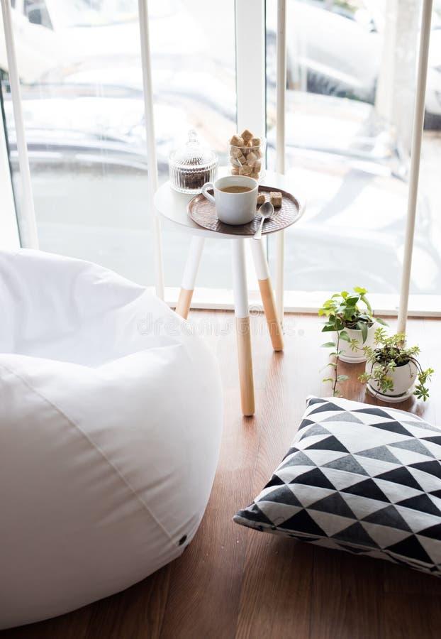 内部斯堪的纳维亚样式的行家,舒适顶楼室 库存照片