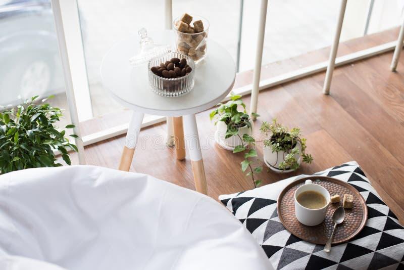 内部斯堪的纳维亚样式的行家,舒适顶楼室 免版税库存照片