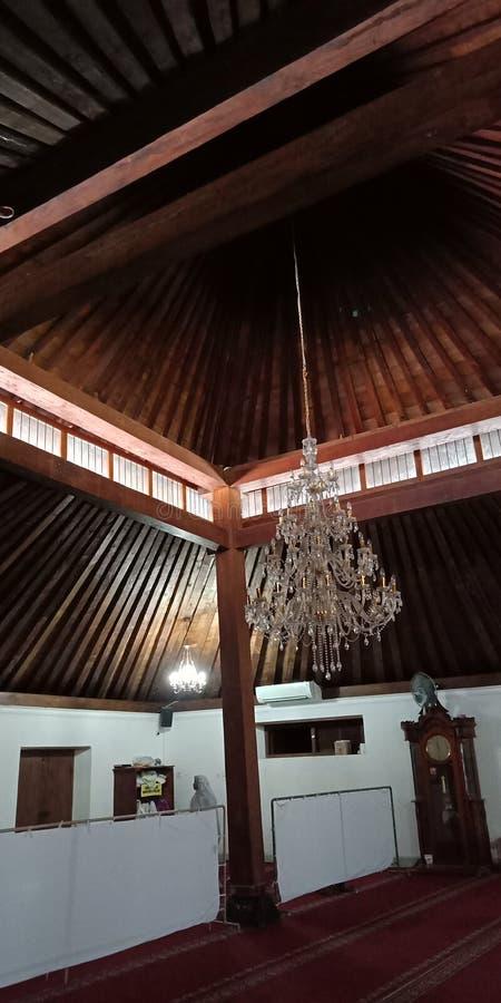内部是日惹的盛大清真寺木头的古色古香和独特的建筑 免版税图库摄影
