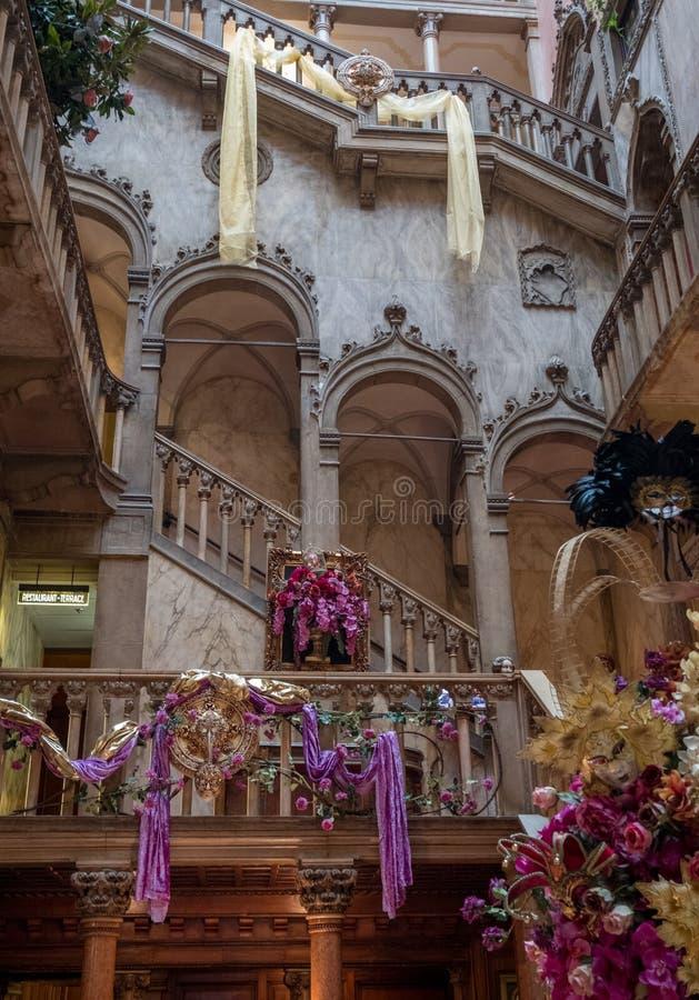 内部楼梯和高曲拱的看法在前Danieli旅馆Palazzo Dandolo,装饰为威尼斯狂欢节 库存照片