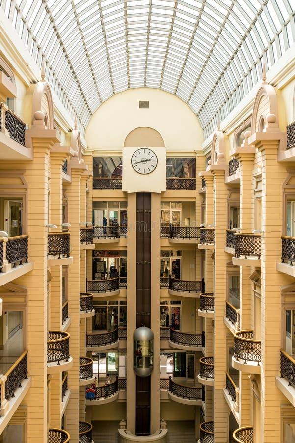 内部现代有名望的购物中心在有阳台和电梯的莫斯科 免版税库存图片