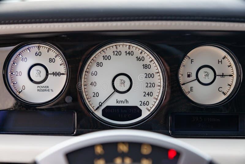 内部看法新一辆非常昂贵的劳斯莱斯幽灵汽车、一辆长的黑大型高级轿车有仪表板的,车速表和车 免版税库存图片