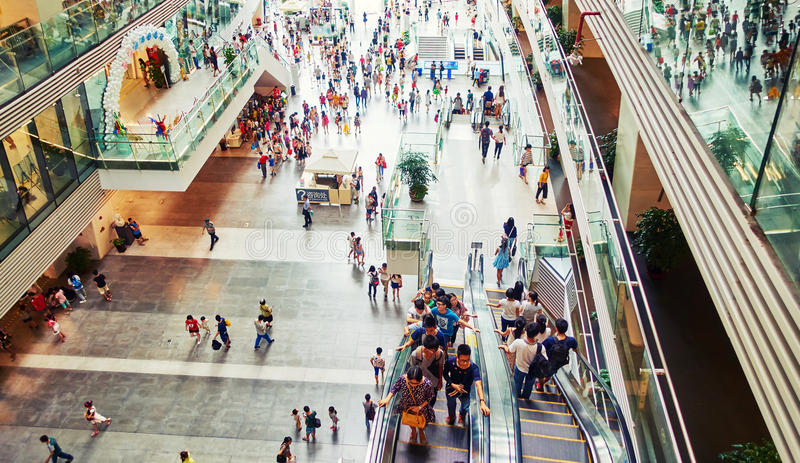 内部繁忙的商城,商城的人们 免版税库存照片