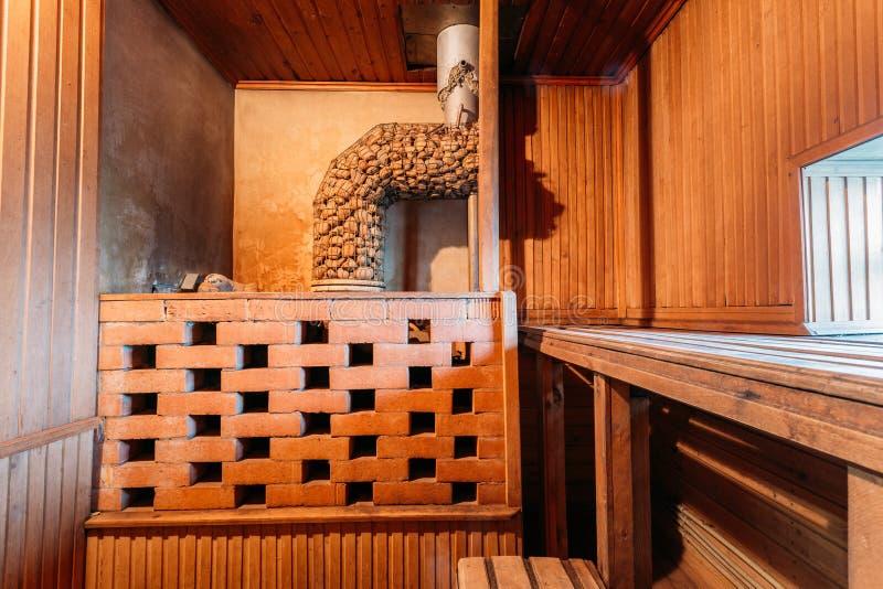 内部蒸汽浴 木墙壁和架子 图库摄影