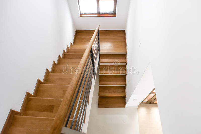 内部装饰业 木最低纲领派楼梯在豪华家 有木步的现代建筑顶楼 免版税库存图片
