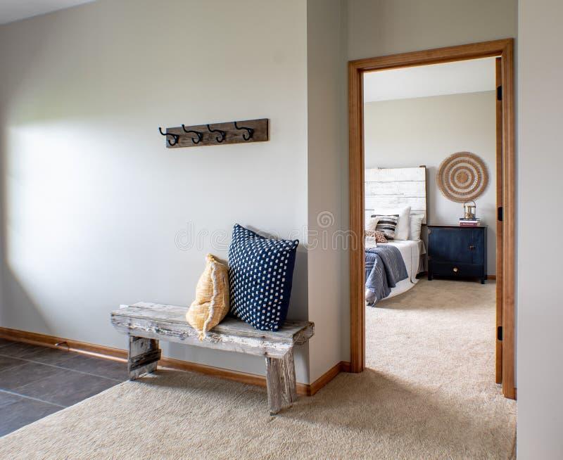 内部装饰,舒适主卧室看法从家庭休息室的 免版税库存照片