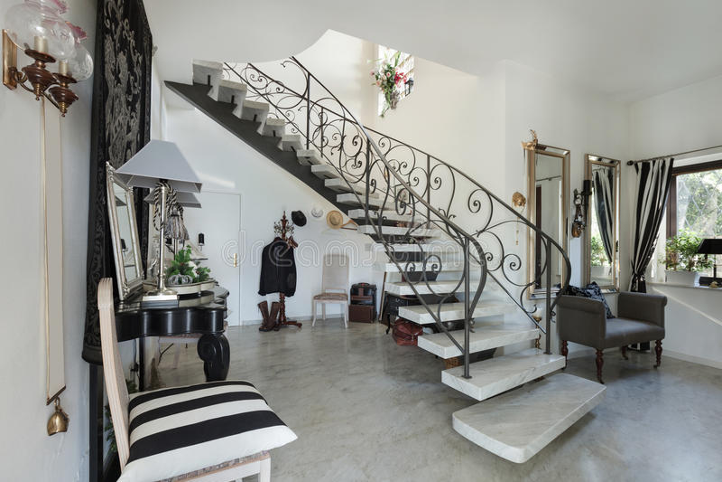 内部,有楼梯的大厅 免版税库存图片