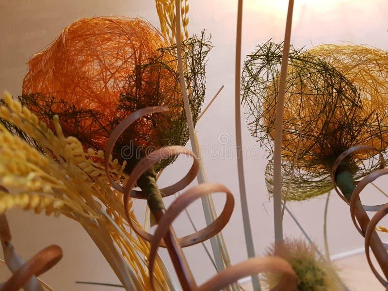 内部-人造花球和小尖峰在花瓶 免版税库存照片
