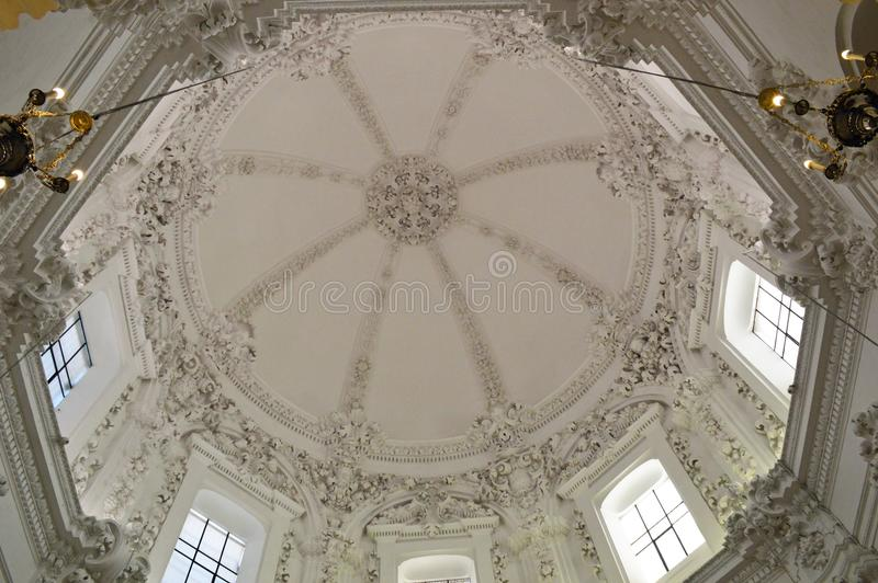 内部-在一块白色半球形的天花板的复杂华丽装饰梅斯基塔科多巴,安达卢西亚,西班牙 免版税库存照片