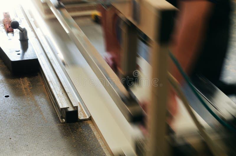内阁家具的生产,切开在格式机器分开 免版税库存图片