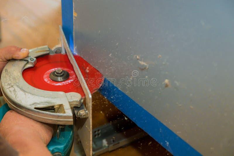 内阁家具的生产,削减零件切开一套家具 免版税库存照片