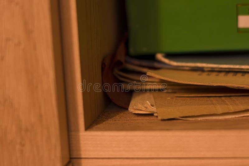 内阁文件夹混乱架子早晨走读小学生 库存照片