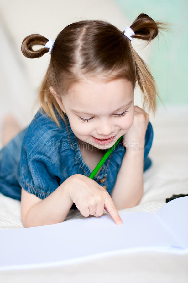 册页女孩一点显示某事 库存照片
