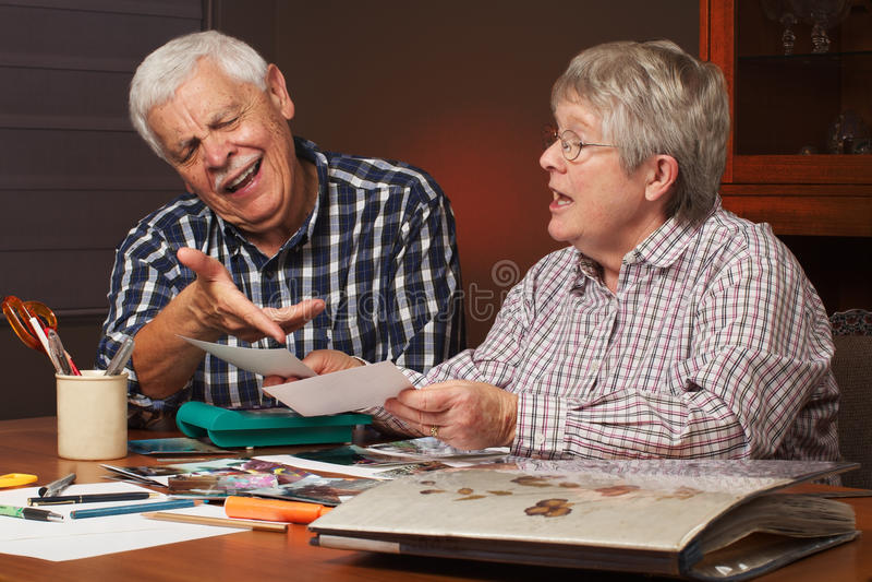 册页选择高级夫妇照片 免版税库存图片