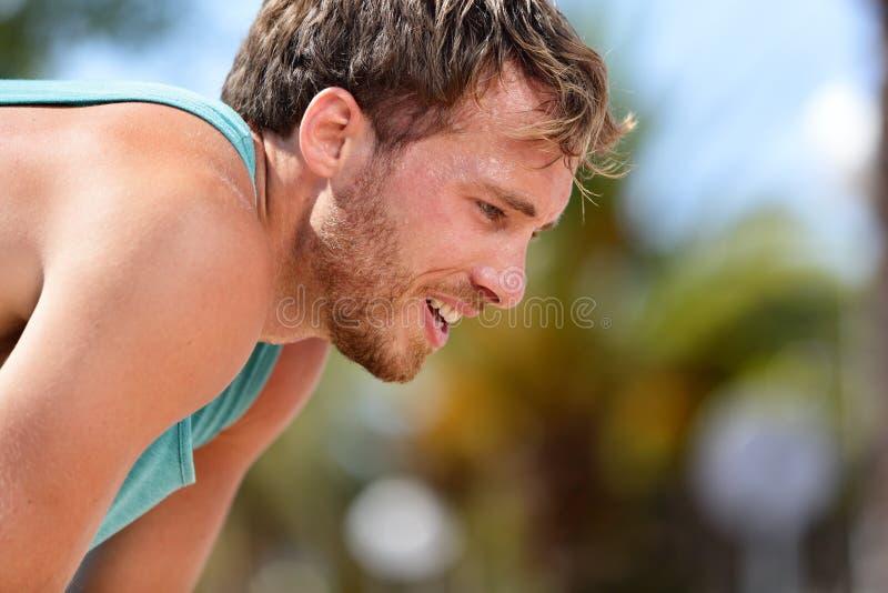 冒汗在锻炼以后的疲乏的被用尽的人赛跑者 库存图片