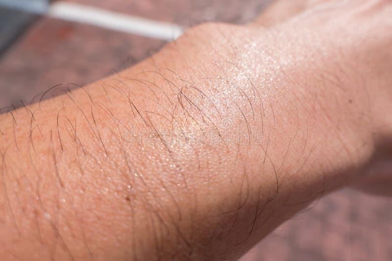 冒汗男性胳膊头发皮肤毛孔热的天夏天 库存图片