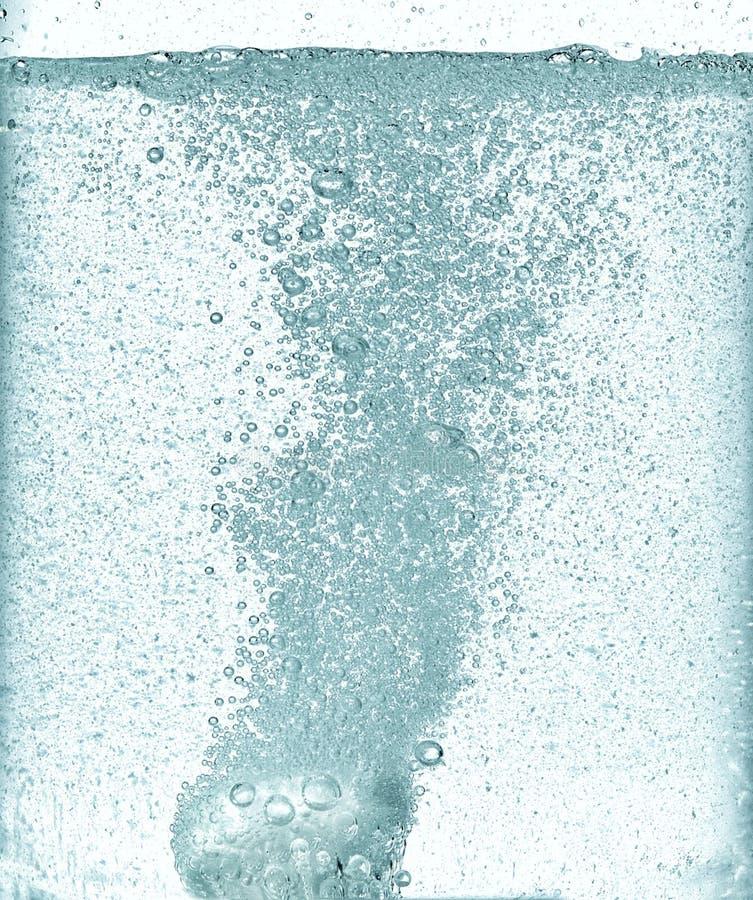 冒泡溶化的泡沫腾涌的片剂在水中 图库摄影