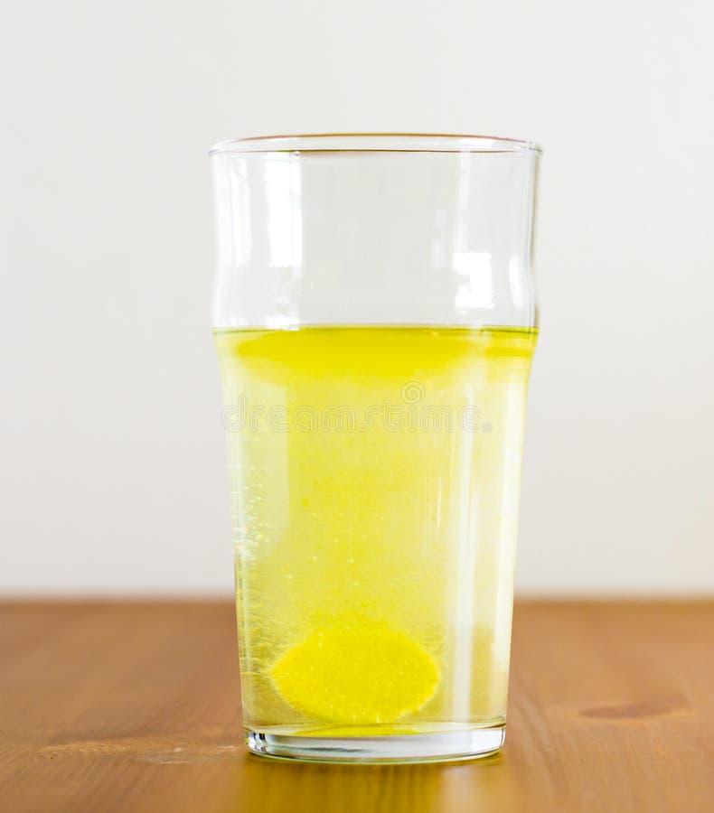 冒泡片剂和杯水 维生素饮料 图库摄影