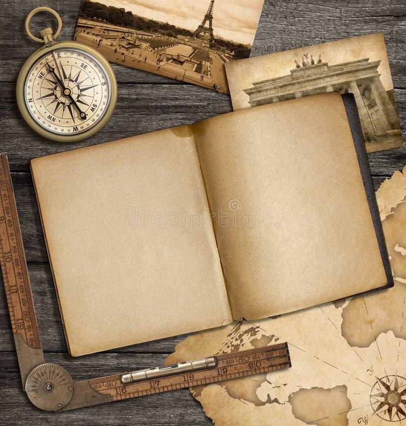 冒险与葡萄酒习字簿和指南针的船舶背景 向量例证