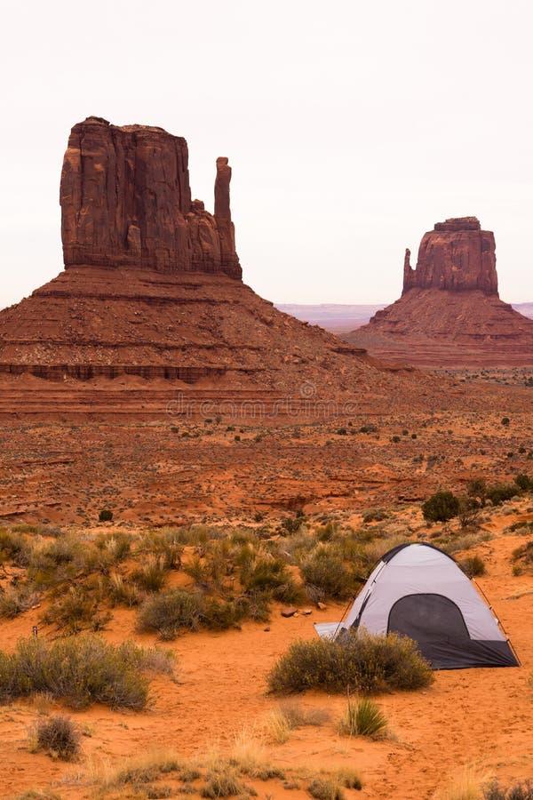 冒险投了在纪念碑谷手套小山的帐篷 免版税库存照片
