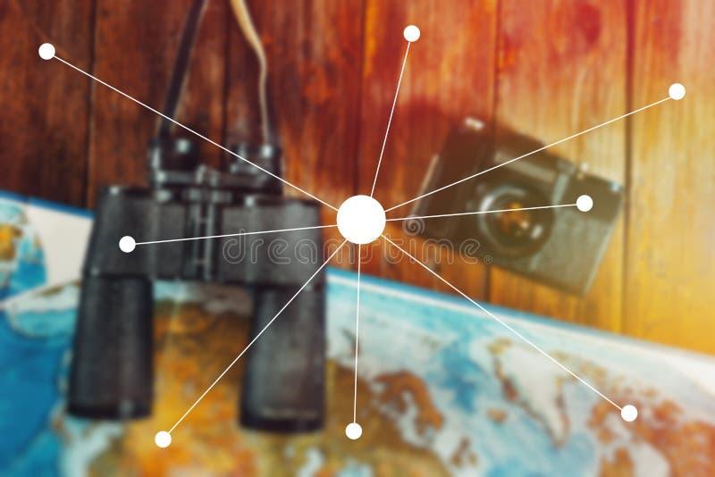 冒险旅途旅行侦察员旅途概念 葡萄酒影片照相机、地图和双筒望远镜在木表,平的位置点上 免版税库存照片