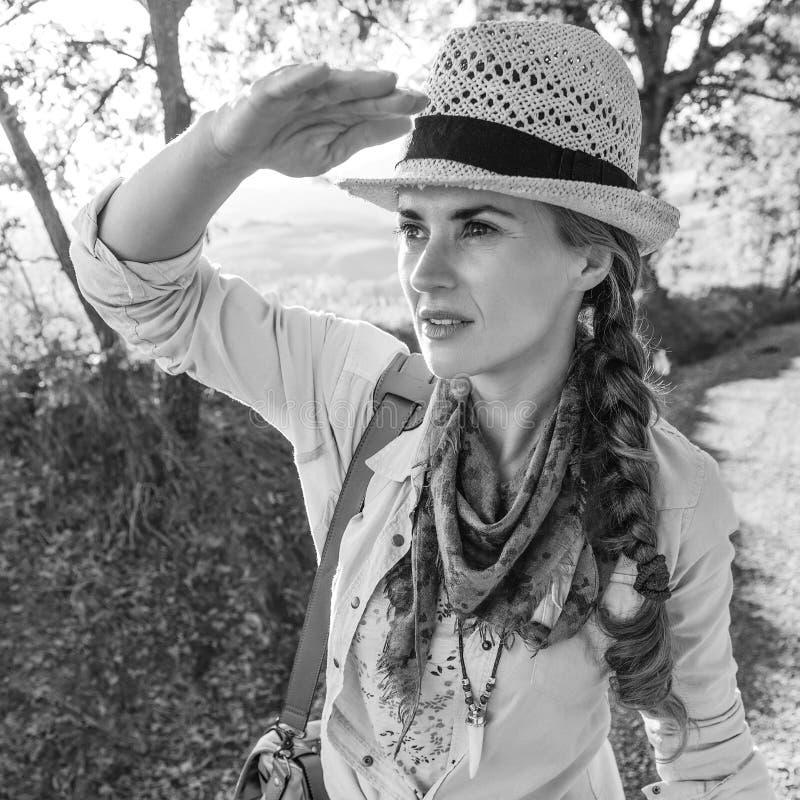 冒险步行在托斯卡纳&调查距离的妇女远足者 库存照片